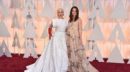 Lady Gaga (vľavo) a herečka Keira Knightley