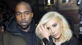 Raper Kanye West a jeho manželka Kim Kardashian pred štartom prehliadky Lanvin v Paríži.