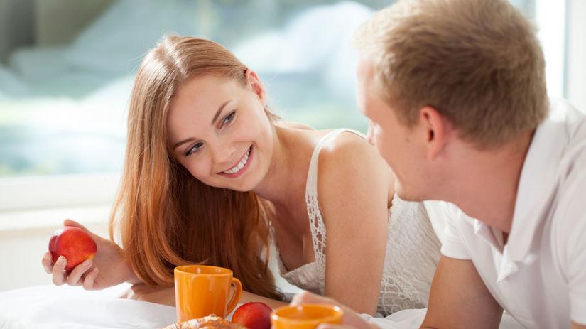 spoločné raňajky, zaľúbený pár