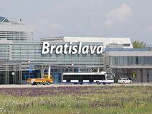 Cestovanie lietadlom, lietadlá, bratislavské letisko, letisko Milana Rastislava Štefánika, cestujúci, dovolenkujúci