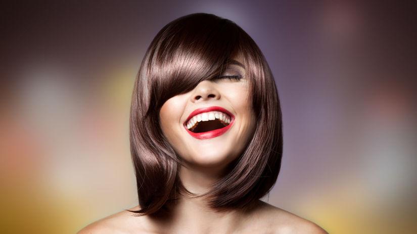 atraktívna žena, bruneta