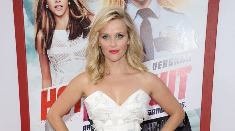 Herečka Reese Witherspoon pózuje fotografom.