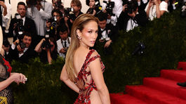Speváčka Jennifer Lopez v kreácii Versace.
