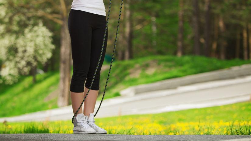 žena, príroda, švihadlo, cvičenie