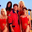Gena Lee Nolin (vľavo dole), Yasmine Bleeth (vľavo hore), Alexandra Paul (vpravo dole), Pamela Anderson (vpravo hote) a David Hasselhoff
