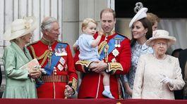 Vojvodkyňa Camilla, prince Charles, princ William, princ George, vojvodkyňa  Catherine a kráľovná Alžbeta II