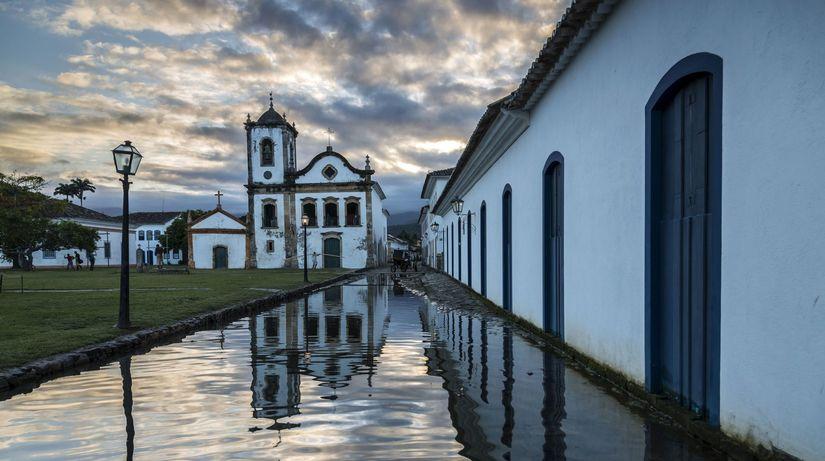 Paraty, Brazília, biele domy, mestečko, príliv,...