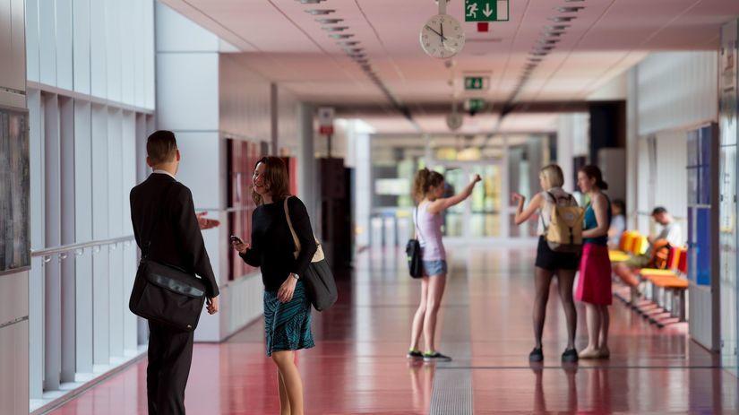 Brno, škola, univerzita, chodba, študenti