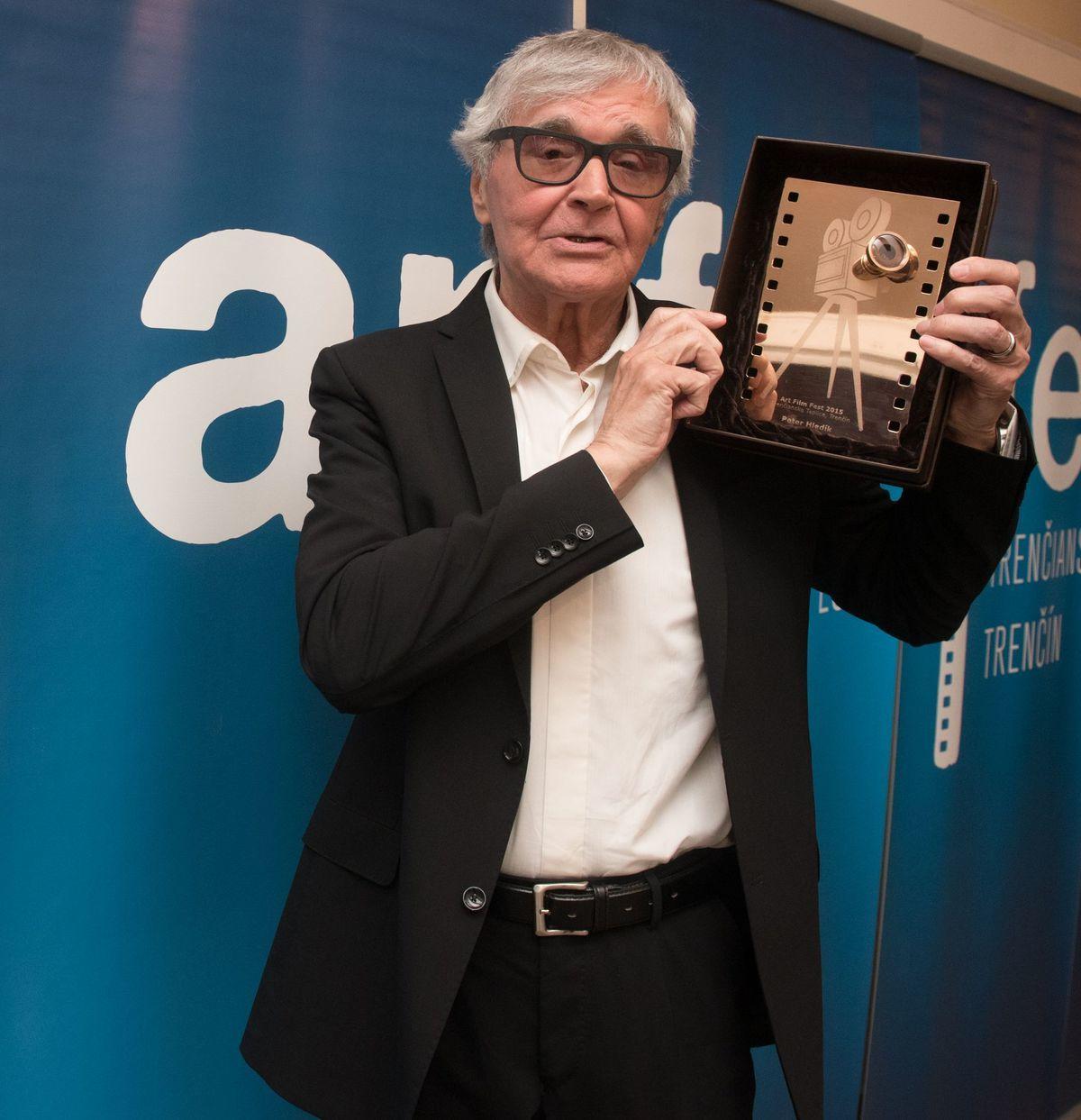 Režisér Peter Hledík si prevzal na Art Film Feste Zlatú kameru. FOTO: ART FILM FEST/RADOVAN STOKLASA