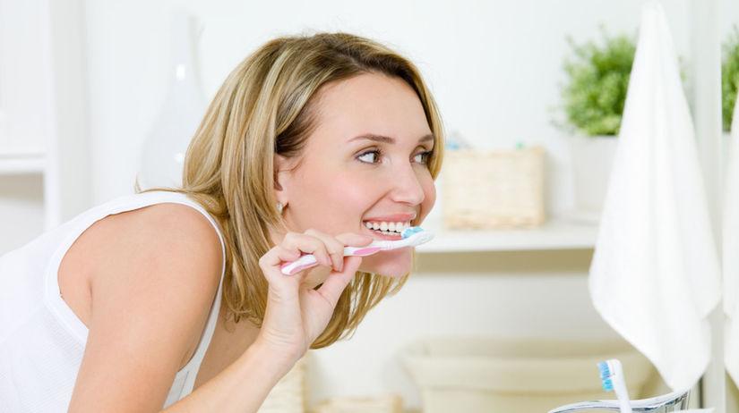 chrup, zuby, umývanie, žena