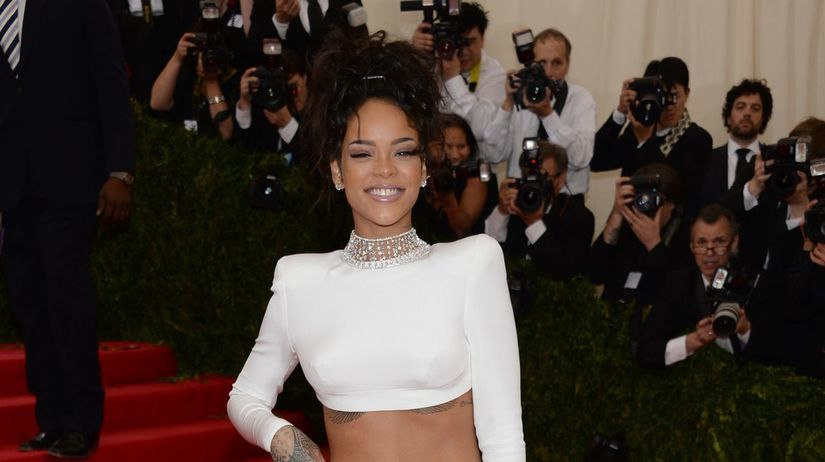 Speváčka Rihanna v šatách od Stelly McCartney...