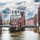 Štvrte Speicherstadt a Kontorhaus a komplex Chilehaus, Hamburg, kanály, loď, lode, čln, Nemecko, UNESCO