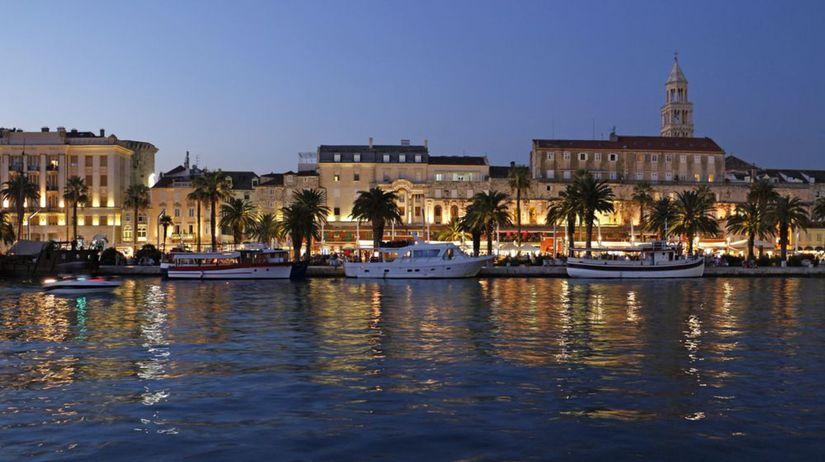 Split, Chorvátsko, lode, more, mesto, večer, noc,