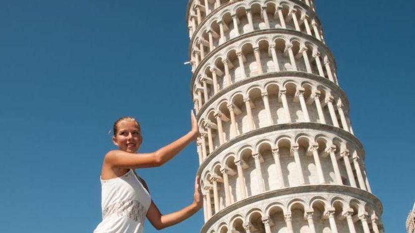 Pisa, šikmá veža v Pise, turistka, dievča,...