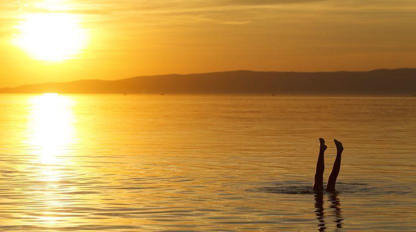 Balaton, západ slnka, kúpanie