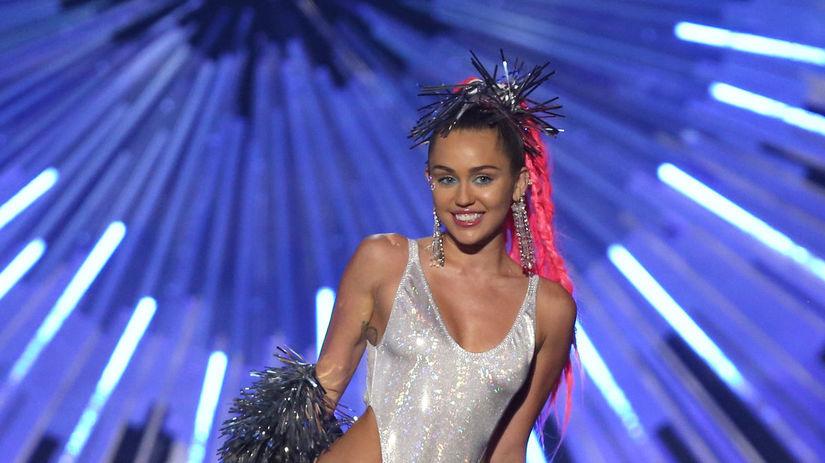 Moderátorka večera Miley Cyrus vystriedala...