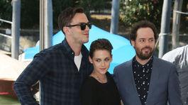 Kristen Stewart, jej kolega Nicholas Hoult a režisér Drake Doremus