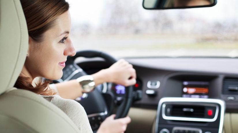 žena za volantom, šoférovanie, auto
