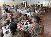 Kuchyňa, vojenská základňa, americkí vojaci, konvoj, guláš
