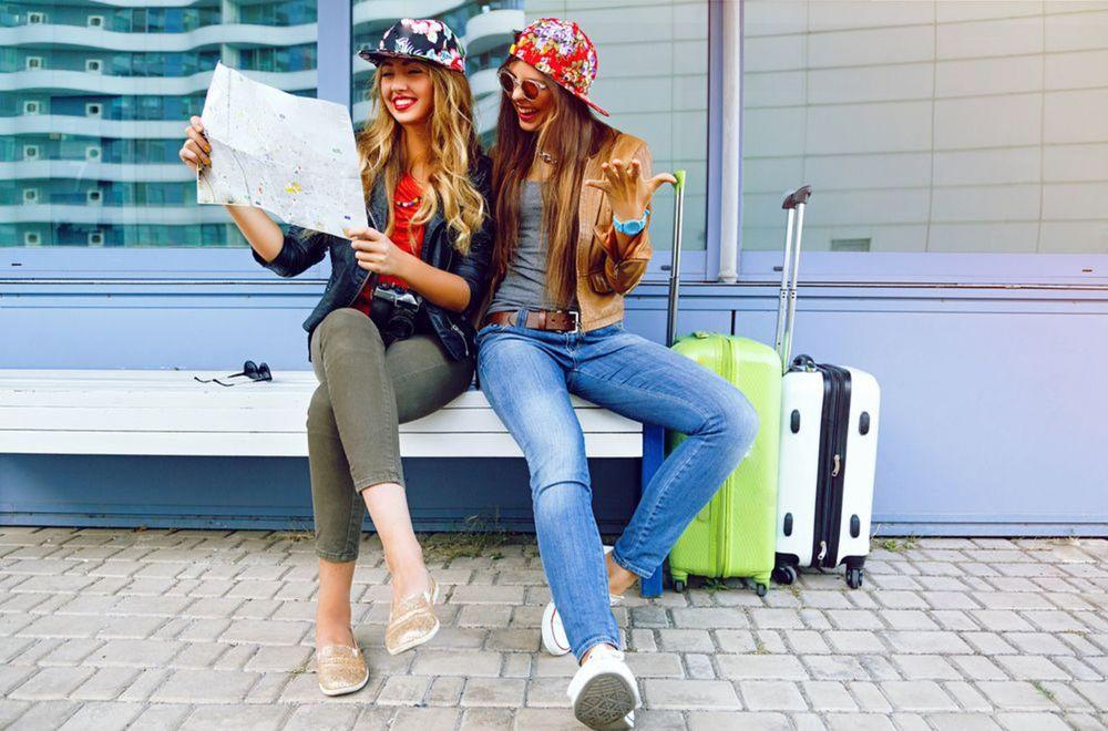 turistky, turisti, turista, cestovanie, dievčatá, smiech, cesta, kufre, smiech, plán, mapa, dovolenka, ženy,