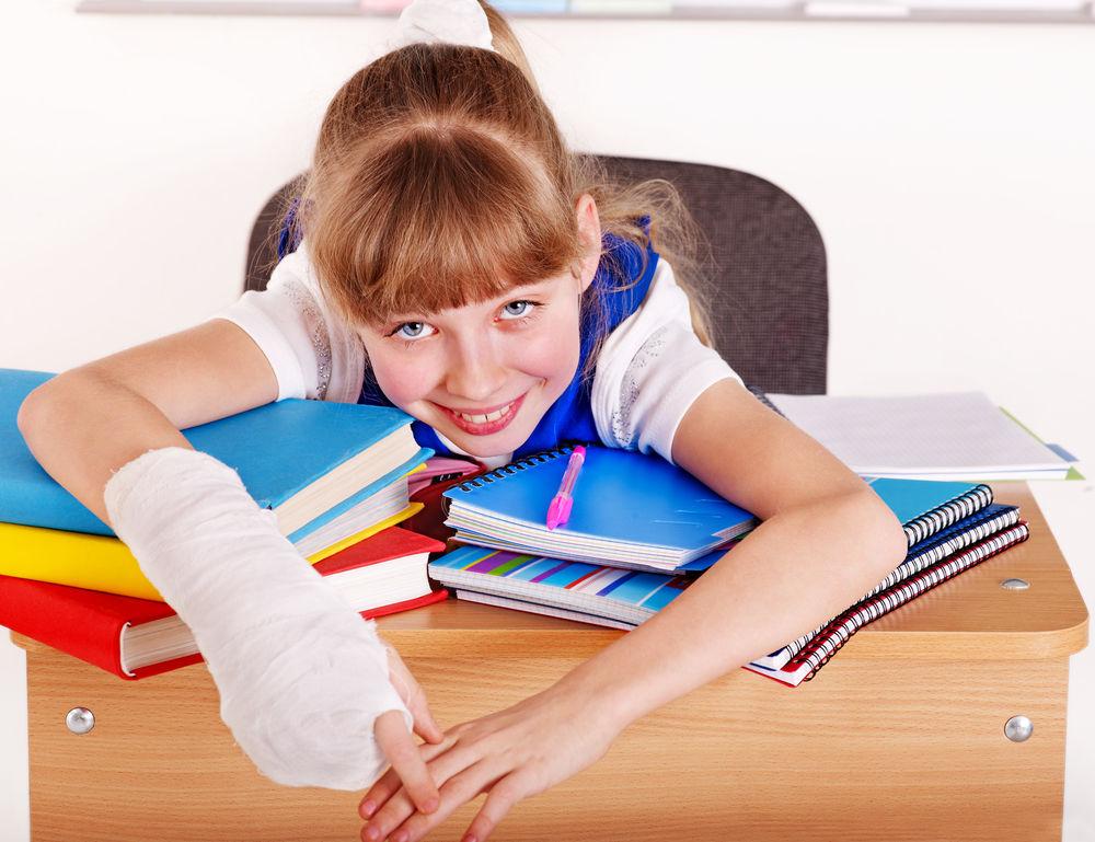 dieťa, školáčka, zlomenina, zranenie