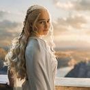 Herečka Emilia Clarke na zábere zo seriálu Hra o tróny.