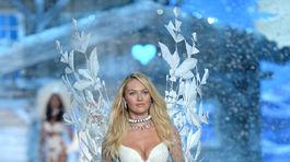 Topmodelka Candice Swanepoel na prehliadke Victoria s Secret Fashion Show v  New Yorku. 0f82e0344a