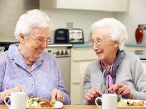 Seniori často konzumujú potraviny, ktoré sú po dátume spotreby.