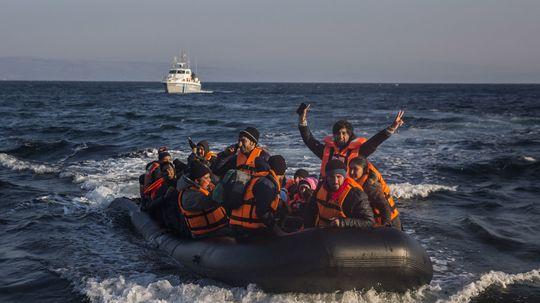 Z nafukovacích člnov migrantov sa vyrábajú kabelky. Kúpite ich na internete