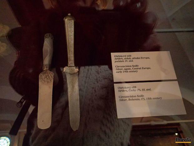 Obriezkový nôž zo striebra a achátu z počiatku 19. storočia.