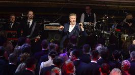 Britský spevák Paul Young zabával hostí po polnoci.