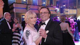 Herec Jozef Vajda so svojou partnerkou.
