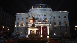 Pohľad na vyzdobenú historickú budovu Opery SND.