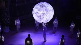 Program 16. Plesu v opere mixoval prvky moderného tanca, divadla aj svetelnej šou.