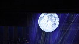 Program 16. Plesu v opere mixoval prvky moderného tanca, spevu, divadla aj svetelnej šou.