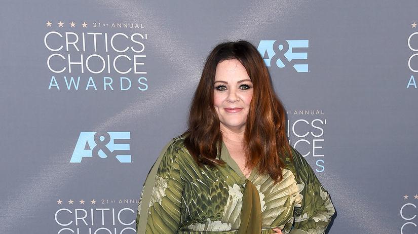 Herečka Melissa McCarthy oblečená do šiat...