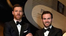 Xabi Alonso (vľavo) a Juan Mata