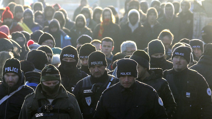 utečenci, migranti, polícia, calais,