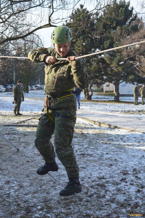 """Profesionálni vojaci predviedli, ako prejsť prekážkovú """"rambo"""" dráhu."""