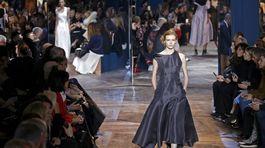Modelka v kreácii Christian Dior Haute Couture Jar-Leto 2016.