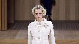 Modelka sa predvádza v kreácii Chanel Haute Couture Jar-Leto 2016.