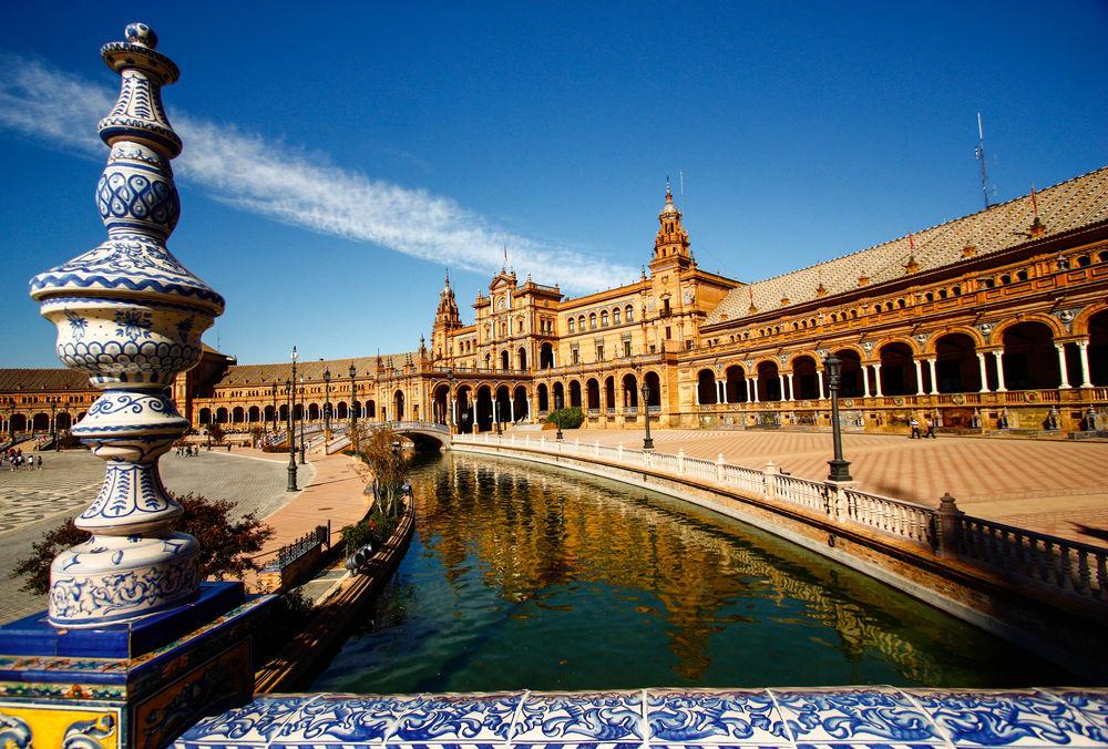 Sevilla, Španielsko, kanál, voda, námestie, loďka, chrám