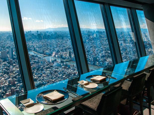 Jedlo na tanieri a mesto na dlani. V reštaurácii v najvyššej veži sveta.