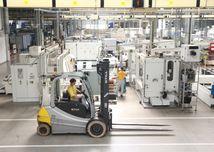 vysokozdvižný vozík, pracovník, fabrika, továreň