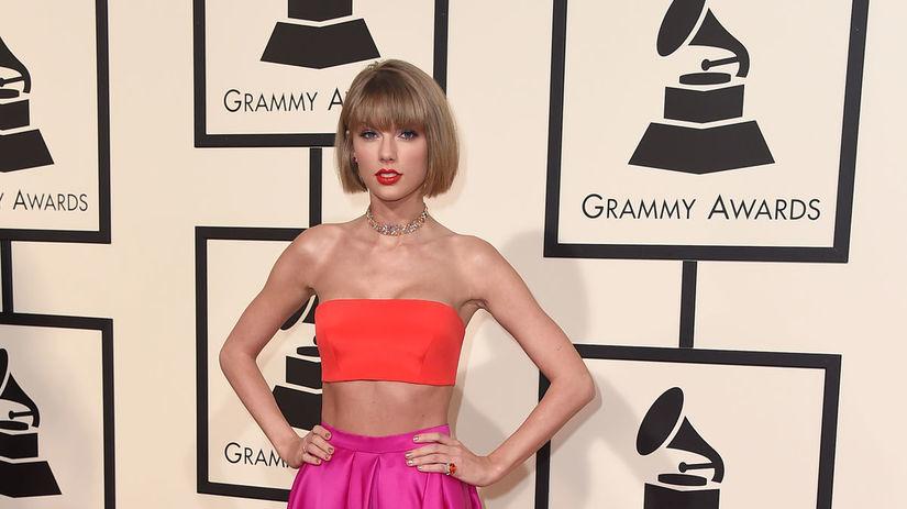 Speváčka Taylor Swift v kreácii Atelier Versace