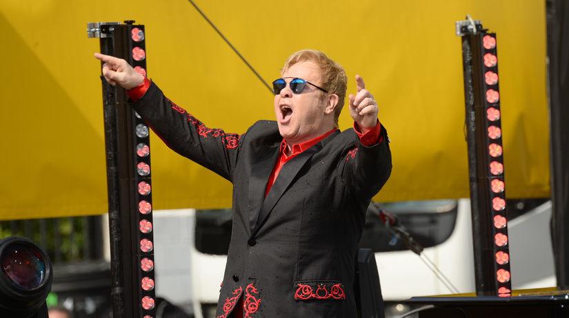 Spevák a hudobník Elton John na neohlásenom...