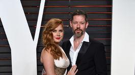 Herečka Amy Adams v kreácii Atelier Versace a jej partner Darren LeGallo.