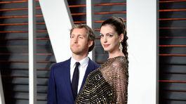 Tehotná Anne Hathaway a jej manžel Adam Shulman.