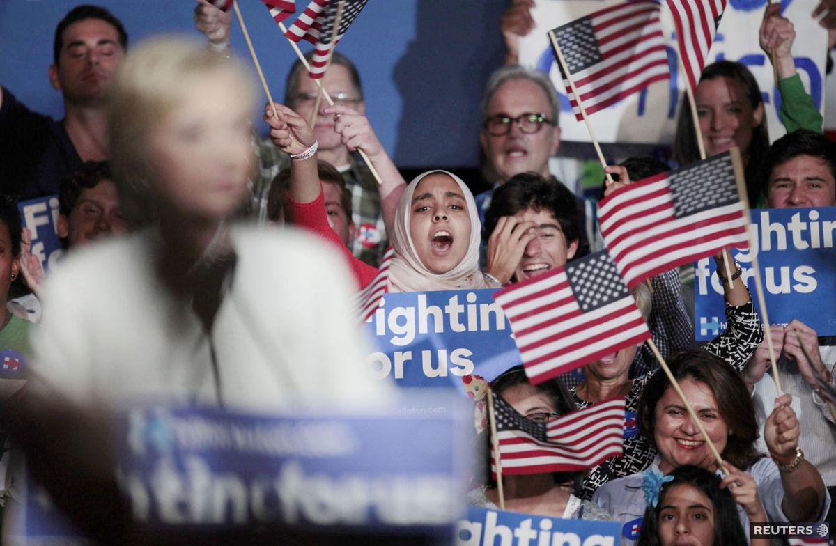 Podporovatelia Hillary Clintonovej na Floride jasajú počas prejavu svojej favoritky, ktorá hovorí o výsledkoch tzv. volebného superutorka 1. marca 2016 v Miami.