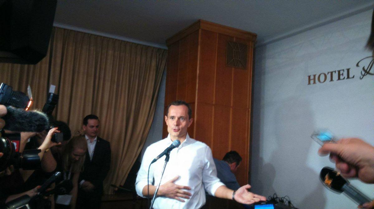 Predseda strany Sieť Radoslav Procházka privítal hostí v bratislavskom hoteli Devín.